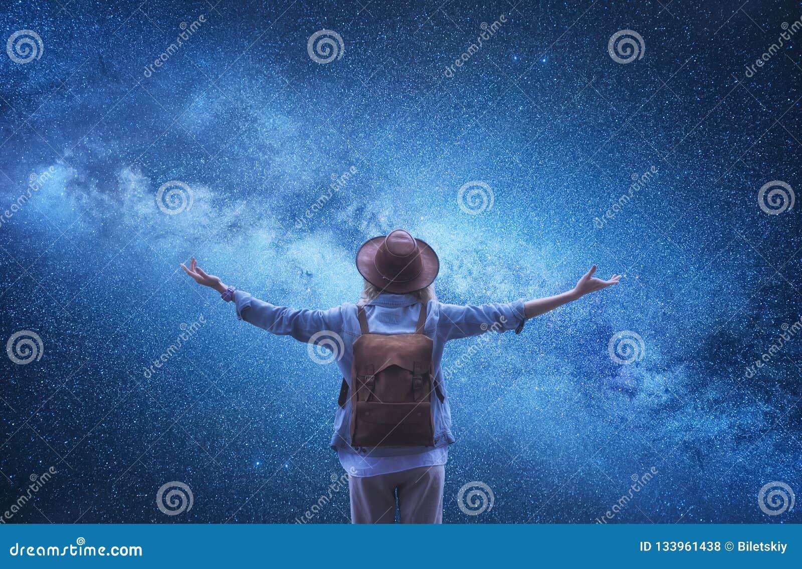 银河 宇宙背景的游人 有背包的旅客在夜空背景
