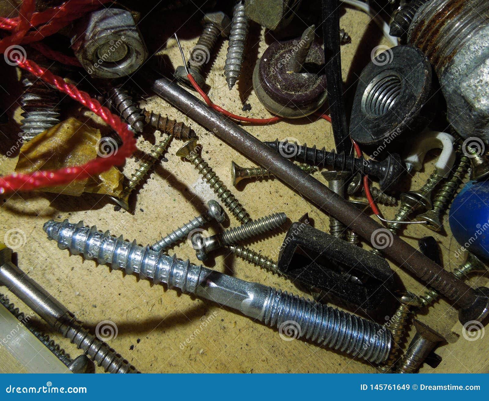 银色钉子和螺丝在木纹理