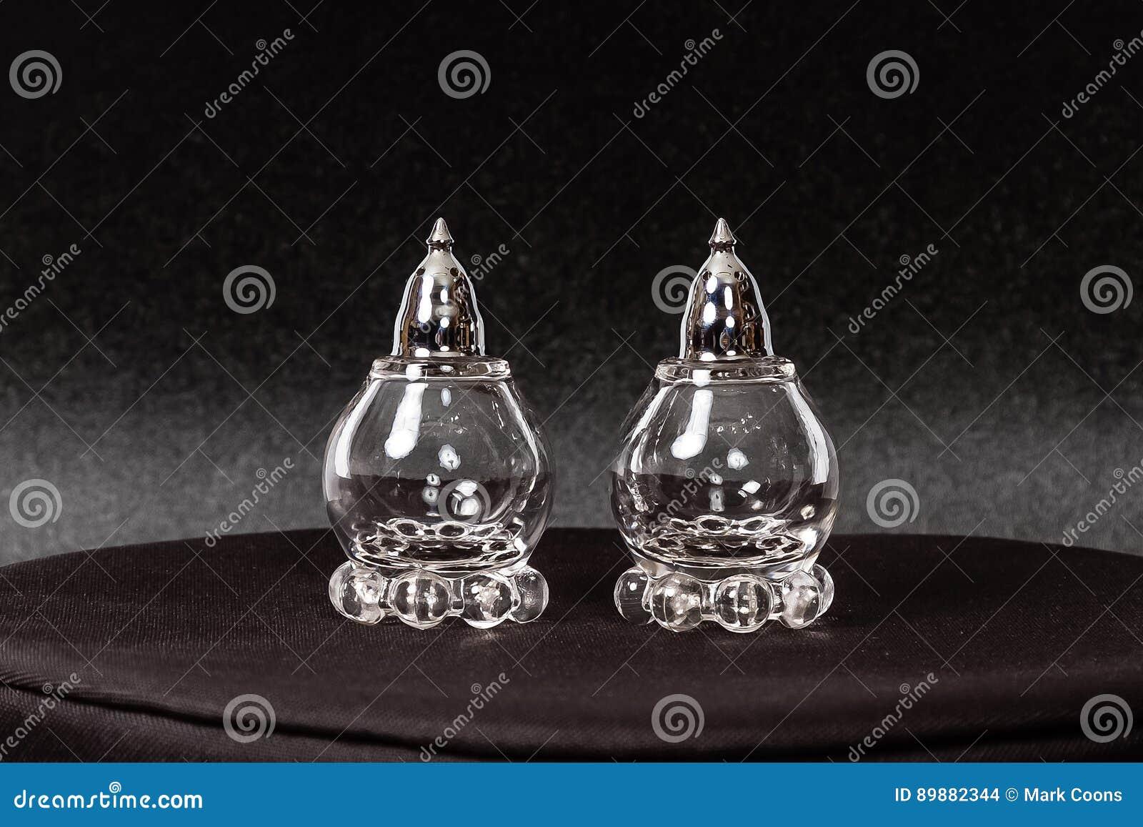 银被打翻的水晶盐和胡椒罐