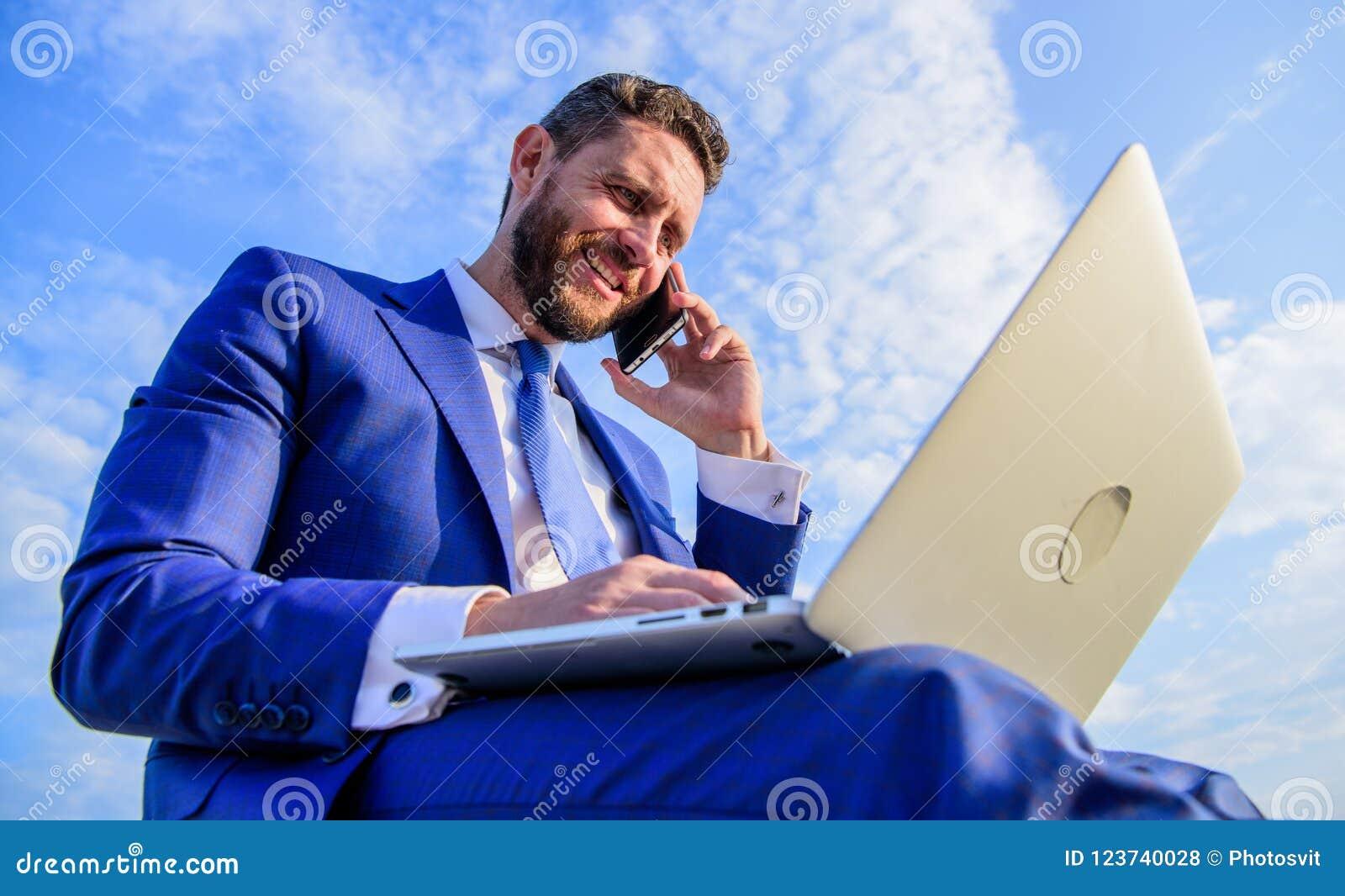 销售主任责任 对成为的销售领导的最后指南 保持联系 人正式衣服与膝上型计算机一起使用