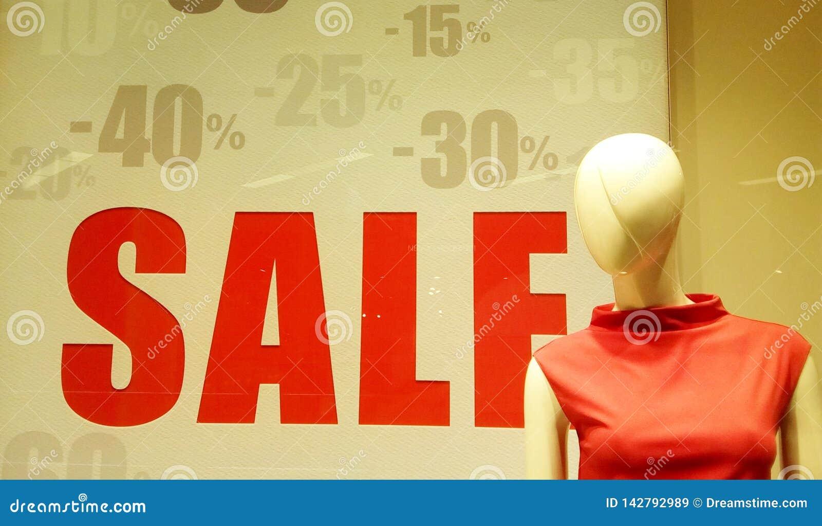 销售在商店,前景的时装模特