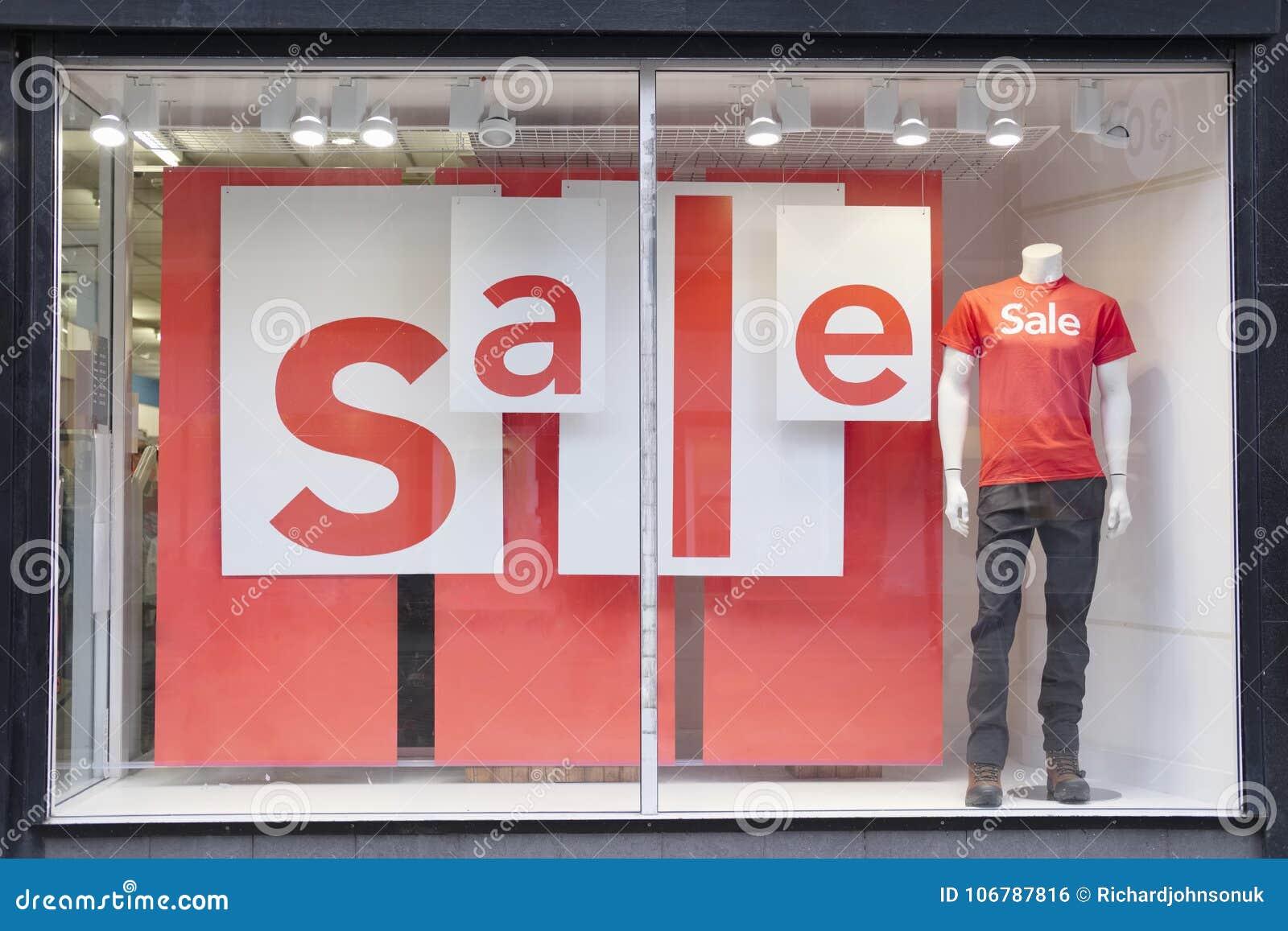 销售标志商店购物中心窗口男性时装模特