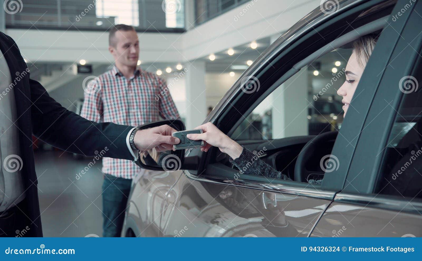 销售主任给客户从汽车的钥匙