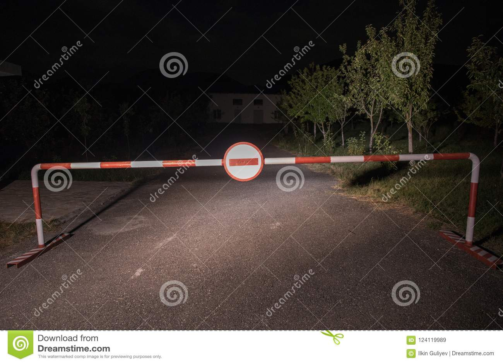 错误方式概念 与标志的障碍没有词条在晚上 站立在路的障碍对与鬼魂或玛尼的可怕被困扰的大厦