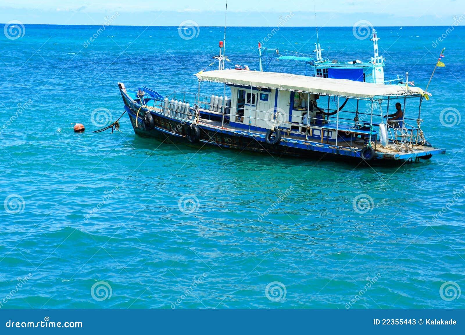 锚点轻装潜水员小船海运等待