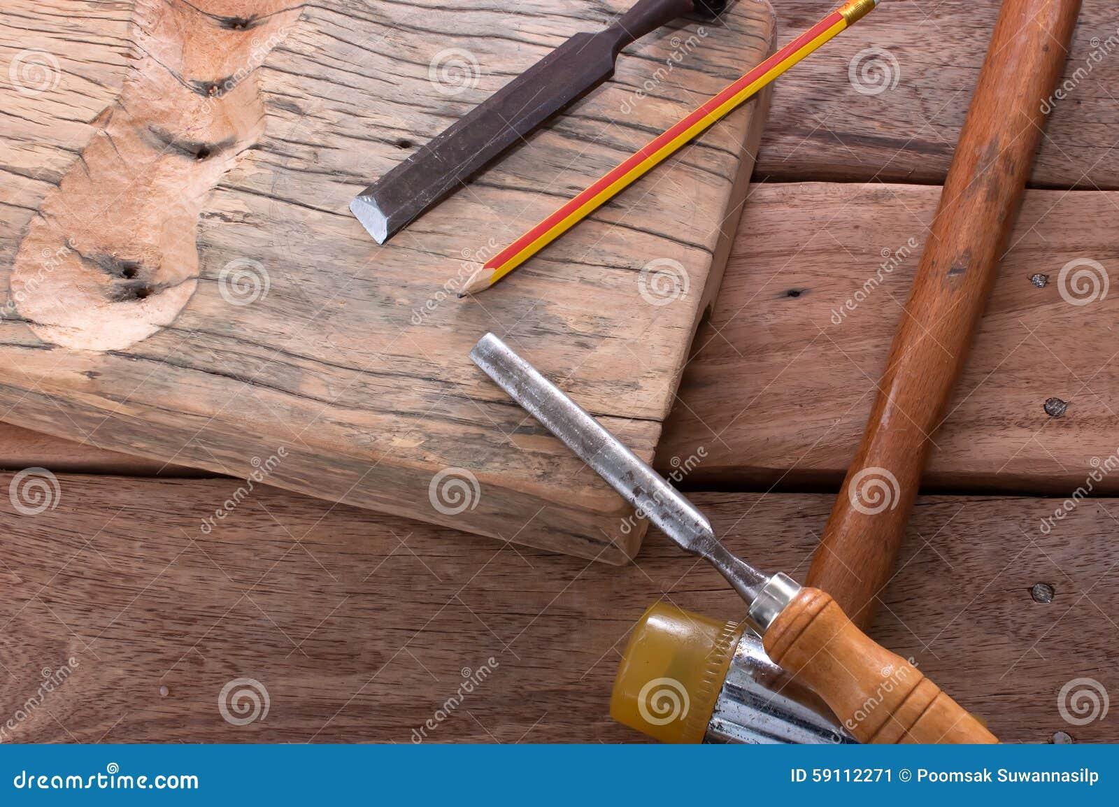 锤击在木头的凿子