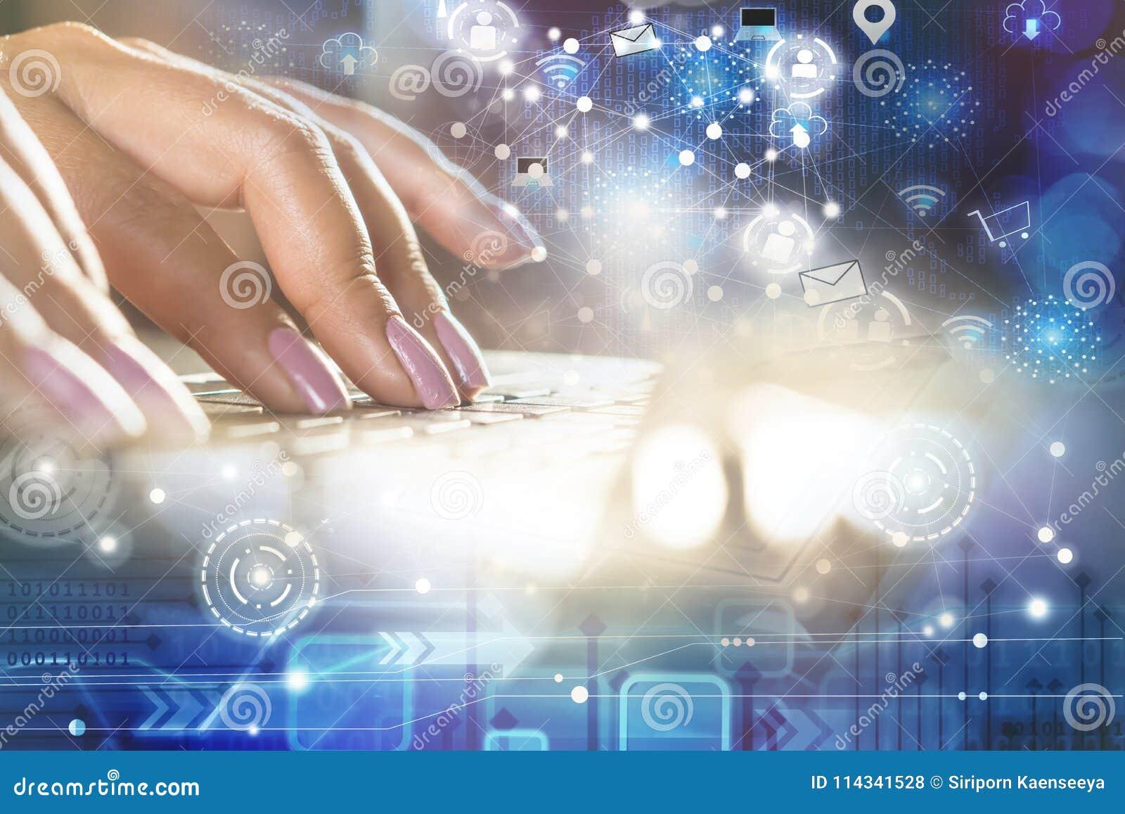 键入在有技术事象和社会媒介连接和互联网的计算机膝上型计算机的妇女手
