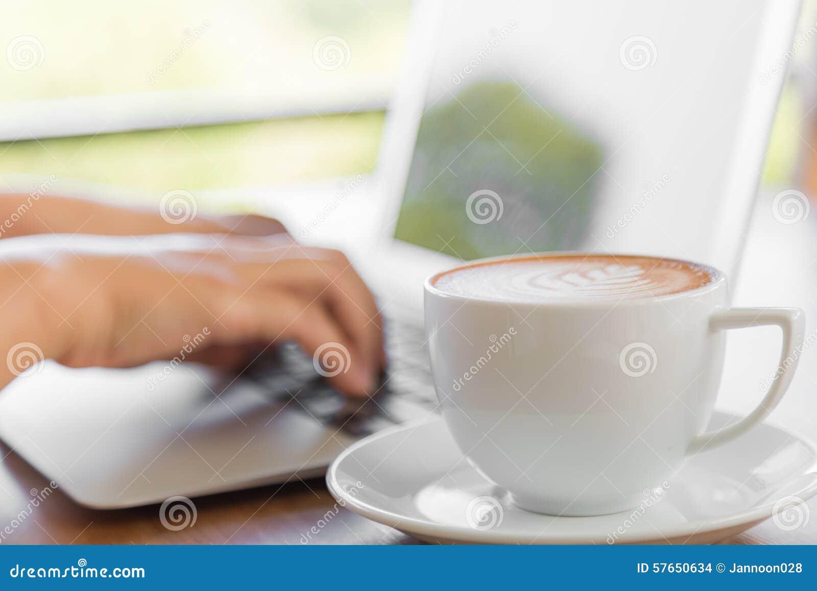 键入在膝上型计算机键盘的女商人手特写镜头