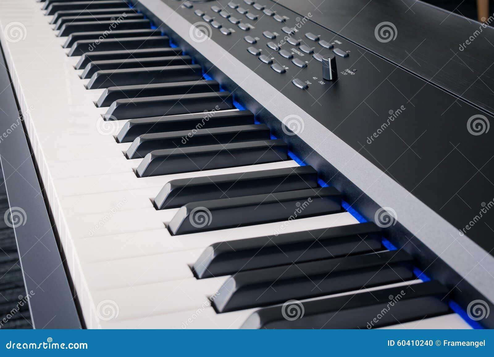 琴键合成器特写镜头钥匙额骨视图