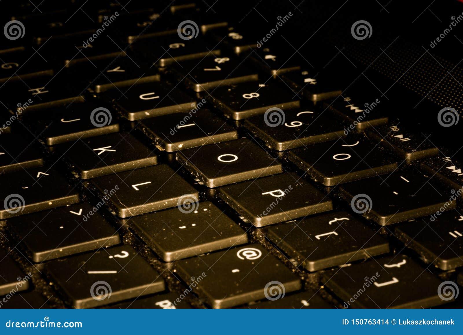 键盘特写镜头,当钥匙被推挤时