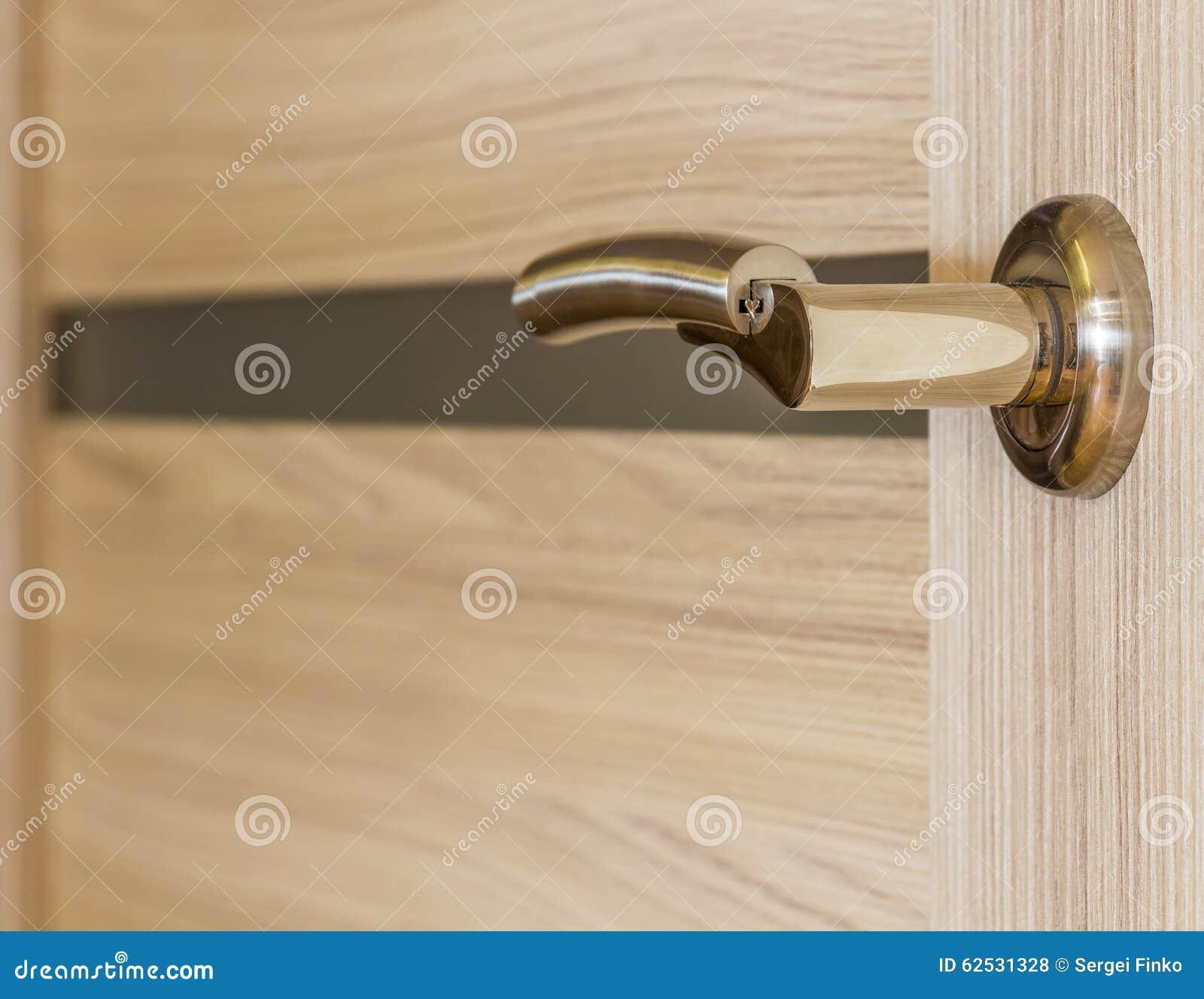 镀金的门把手