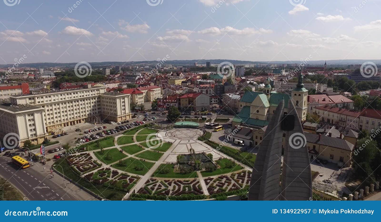 镇中心空中全景在Rzeszow,波兰