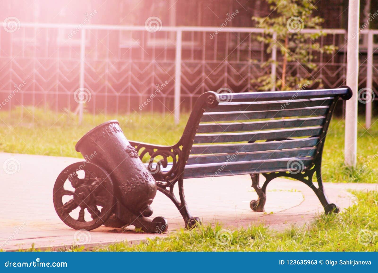 长凳在日落的城市公园
