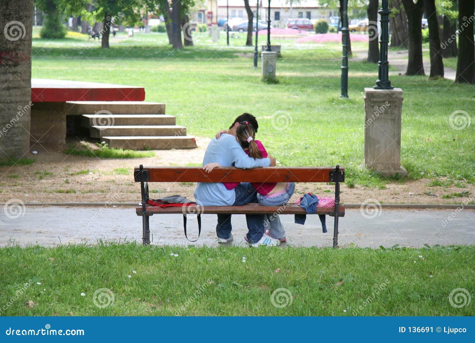 长凳夫妇亲吻