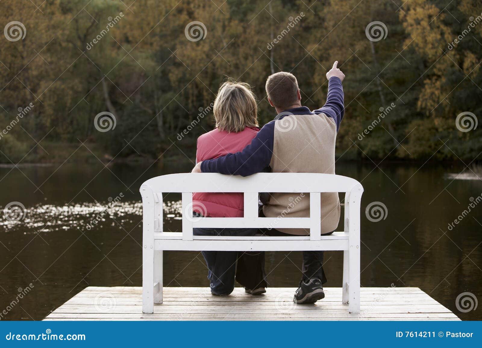 长凳夫妇开会