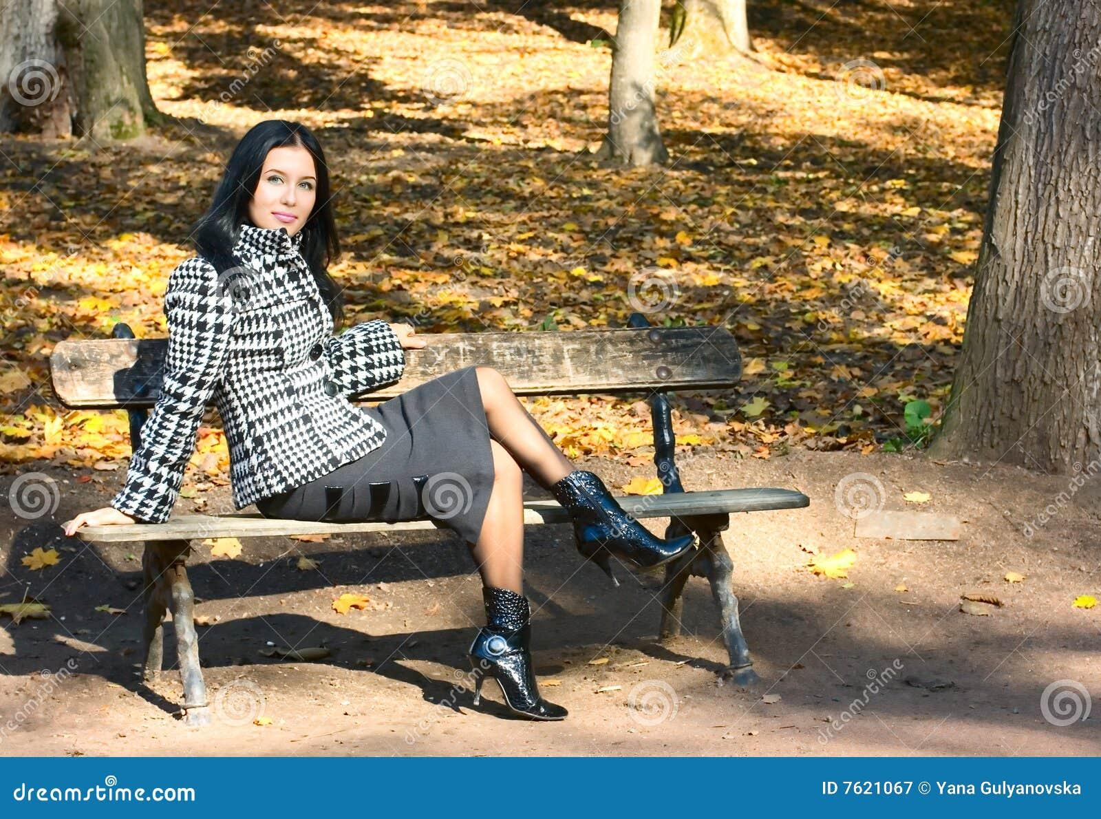 长凳女孩坐