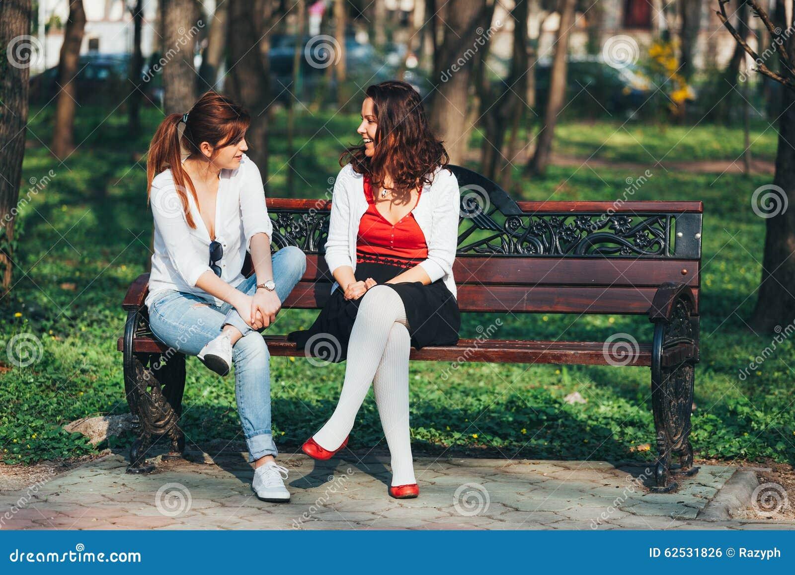 长凳的女孩