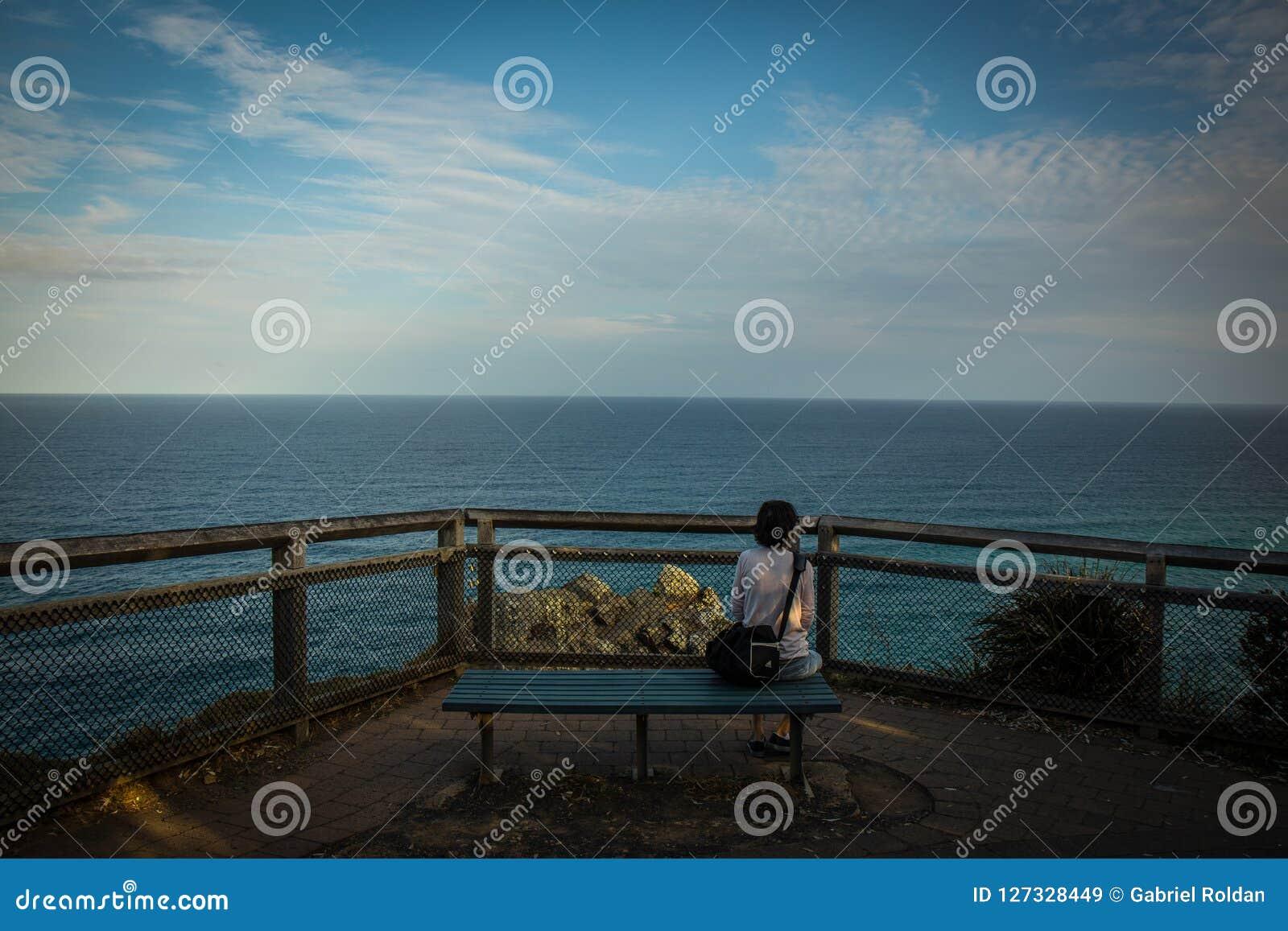 长凳的妇女与海景