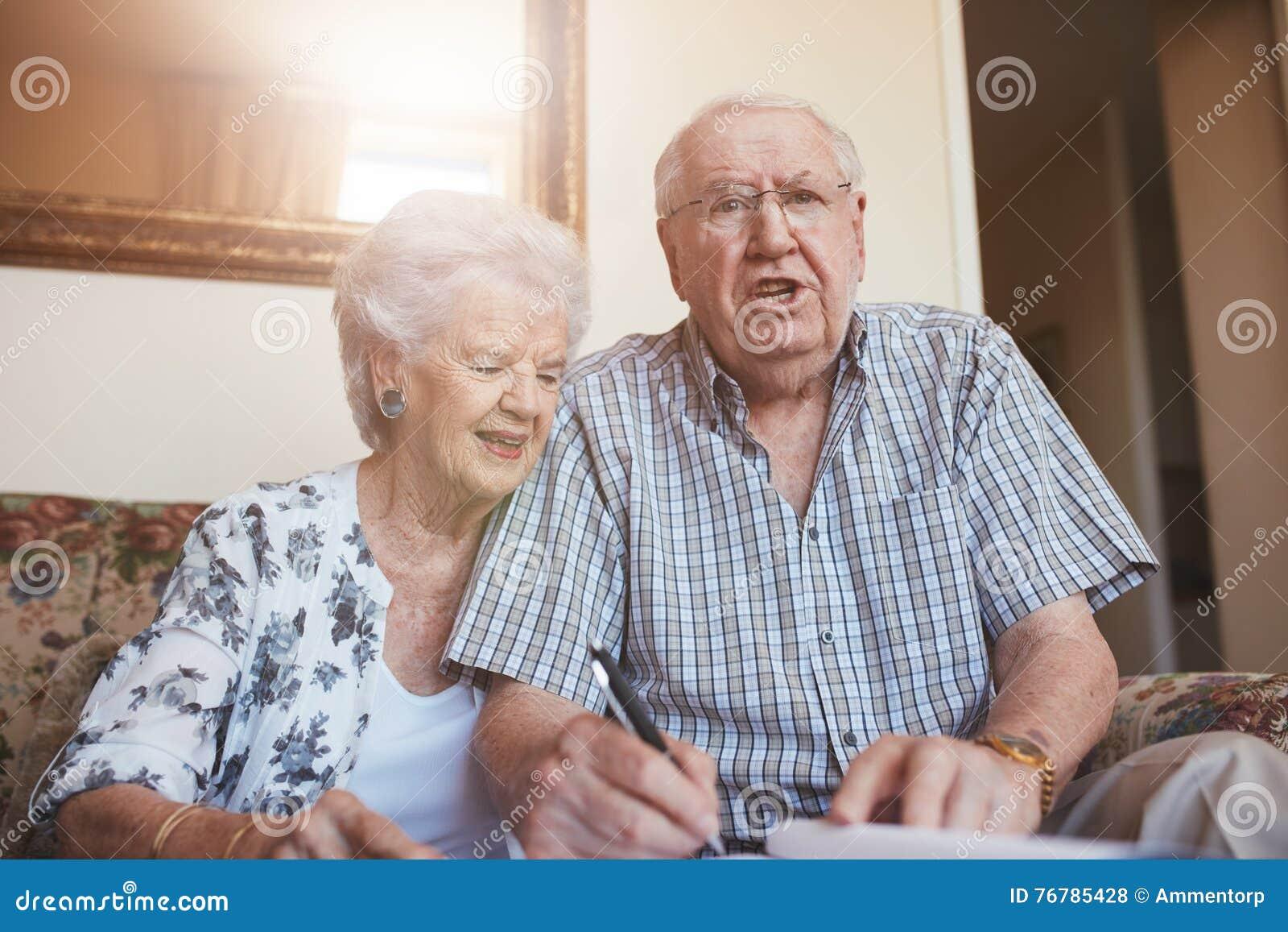 年长夫妇签署的文件,当在家时坐