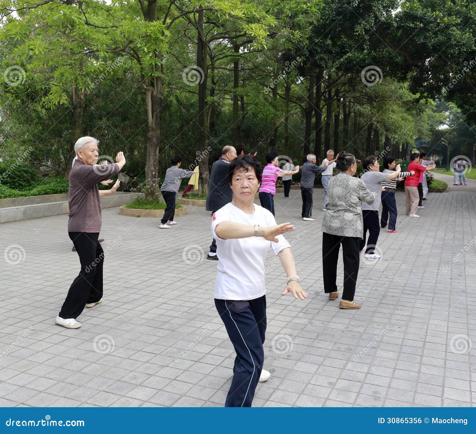 年长实践的tai池氏锻炼早晨