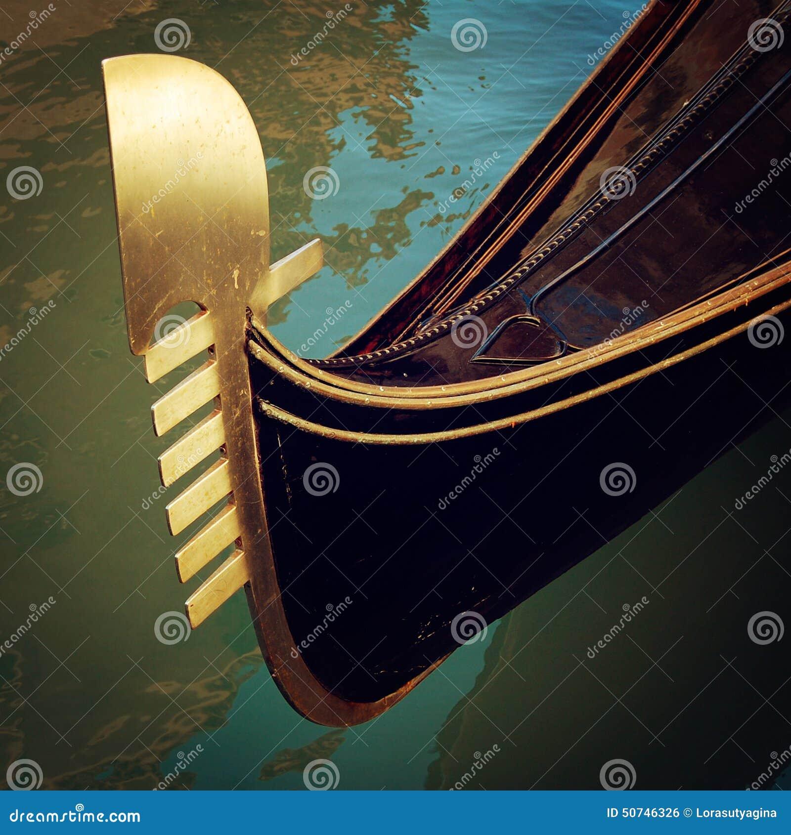 长平底船船首在运河-葡萄酒作用停泊了