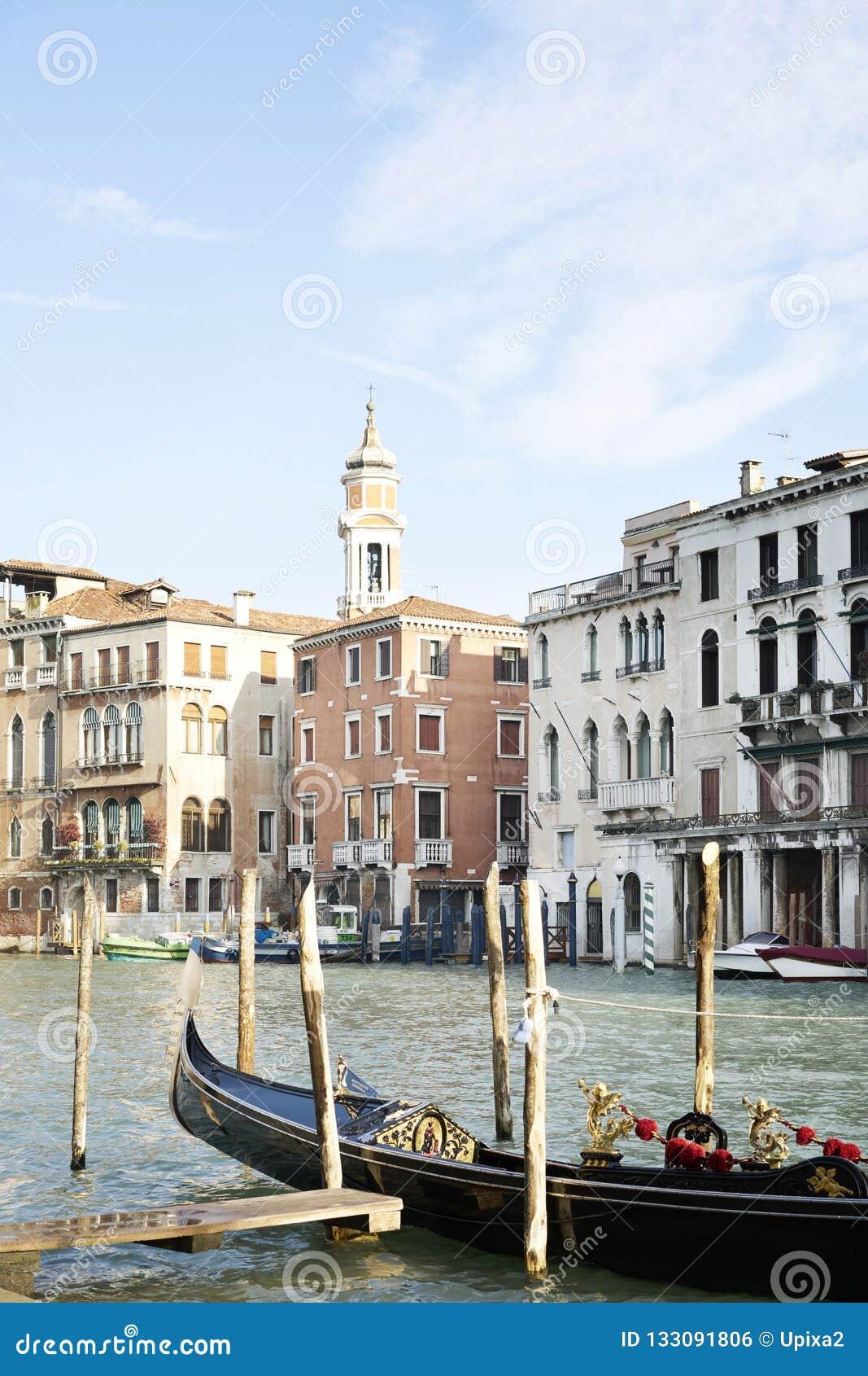 长平底船运河重创的威尼斯岸