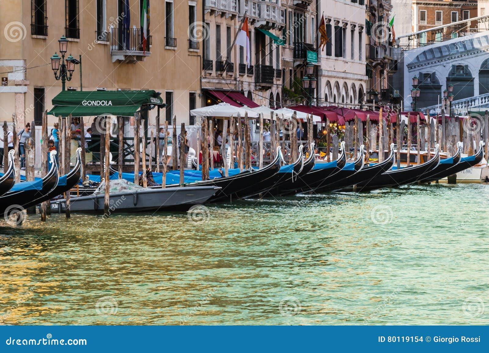长平底船系列在大运河在威尼斯