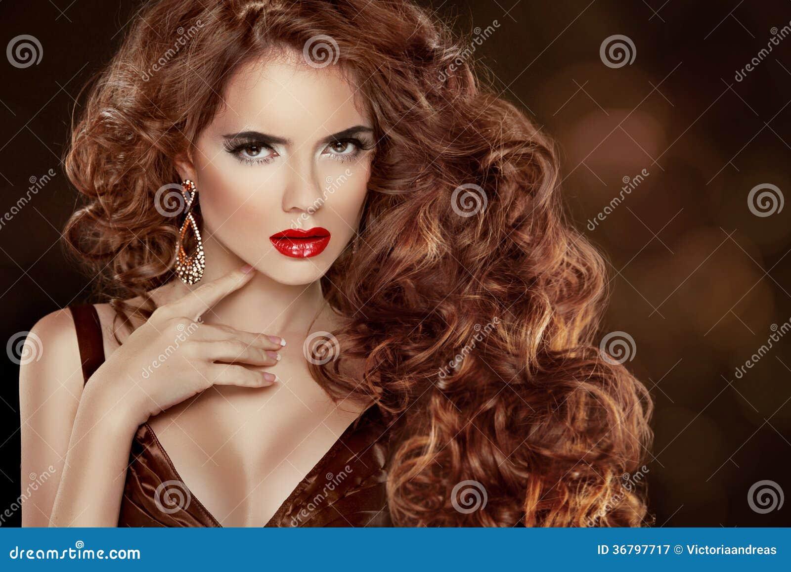 长的卷曲红色头发。美丽的时尚妇女画象。秀丽Mo