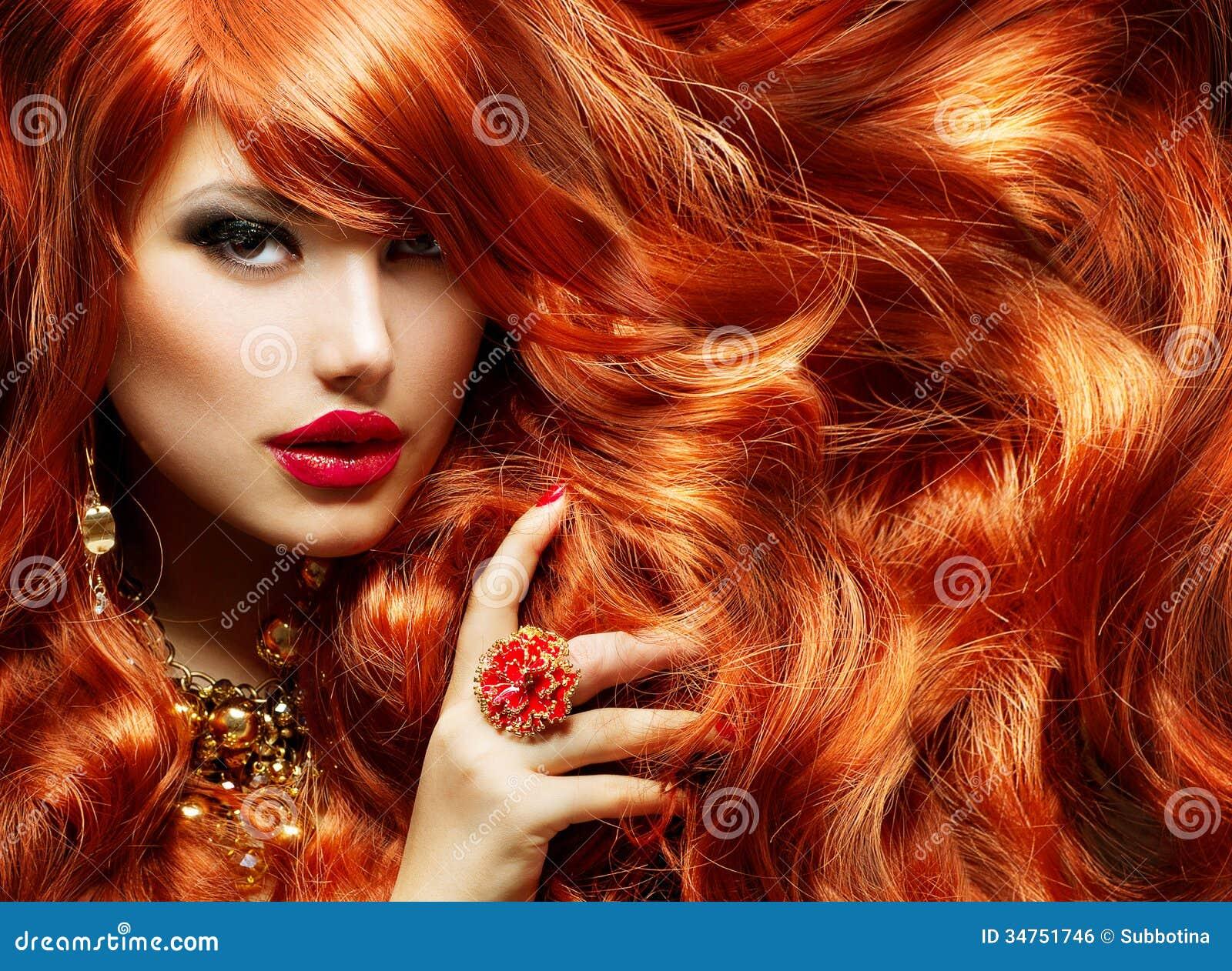 长的卷曲红色头发