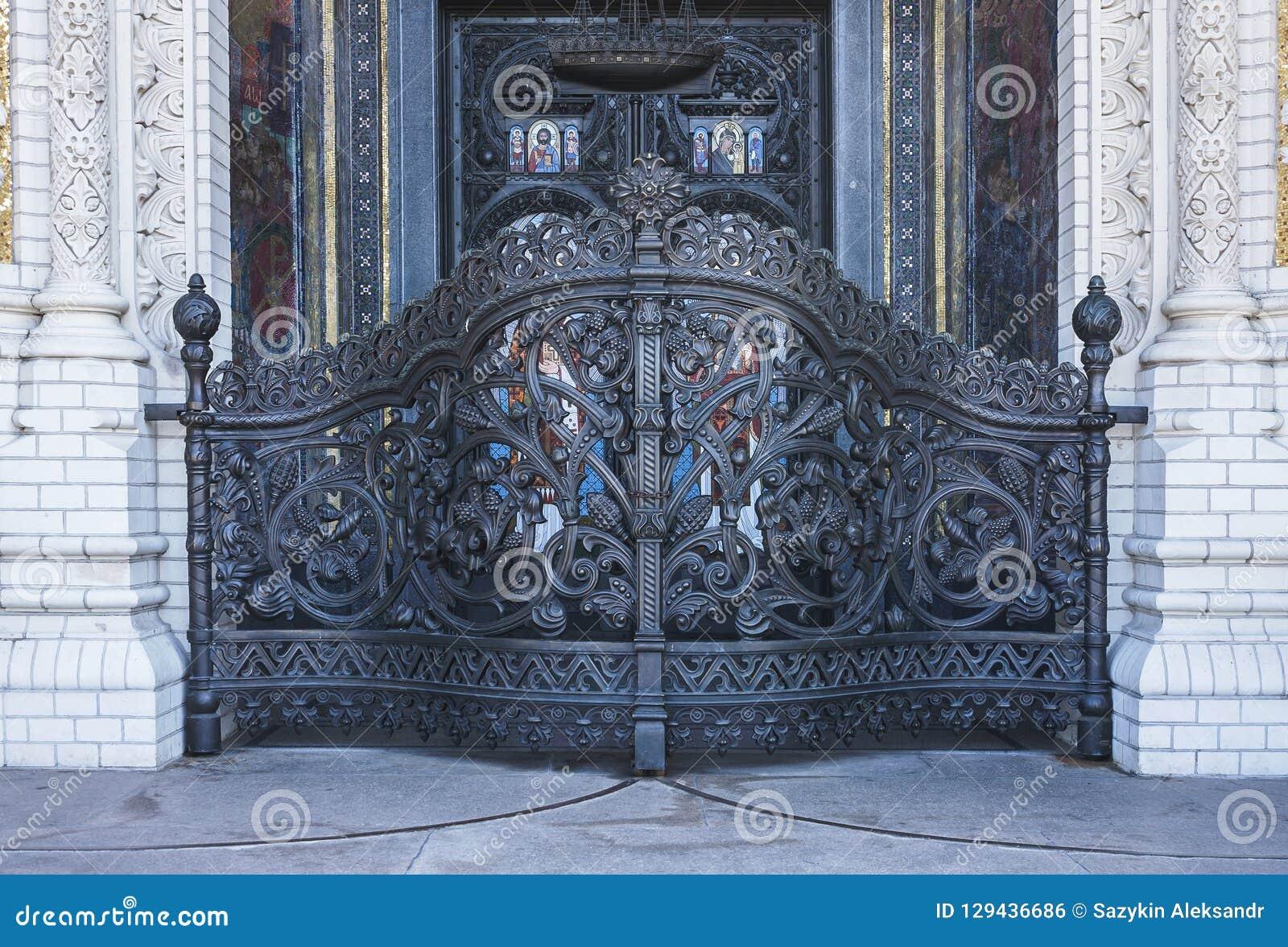 门入口涉及的前面家 门圣洁suzdal 在对圣尼古拉斯大教堂的入口  Kronshtadt 圣彼德堡 莫斯科
