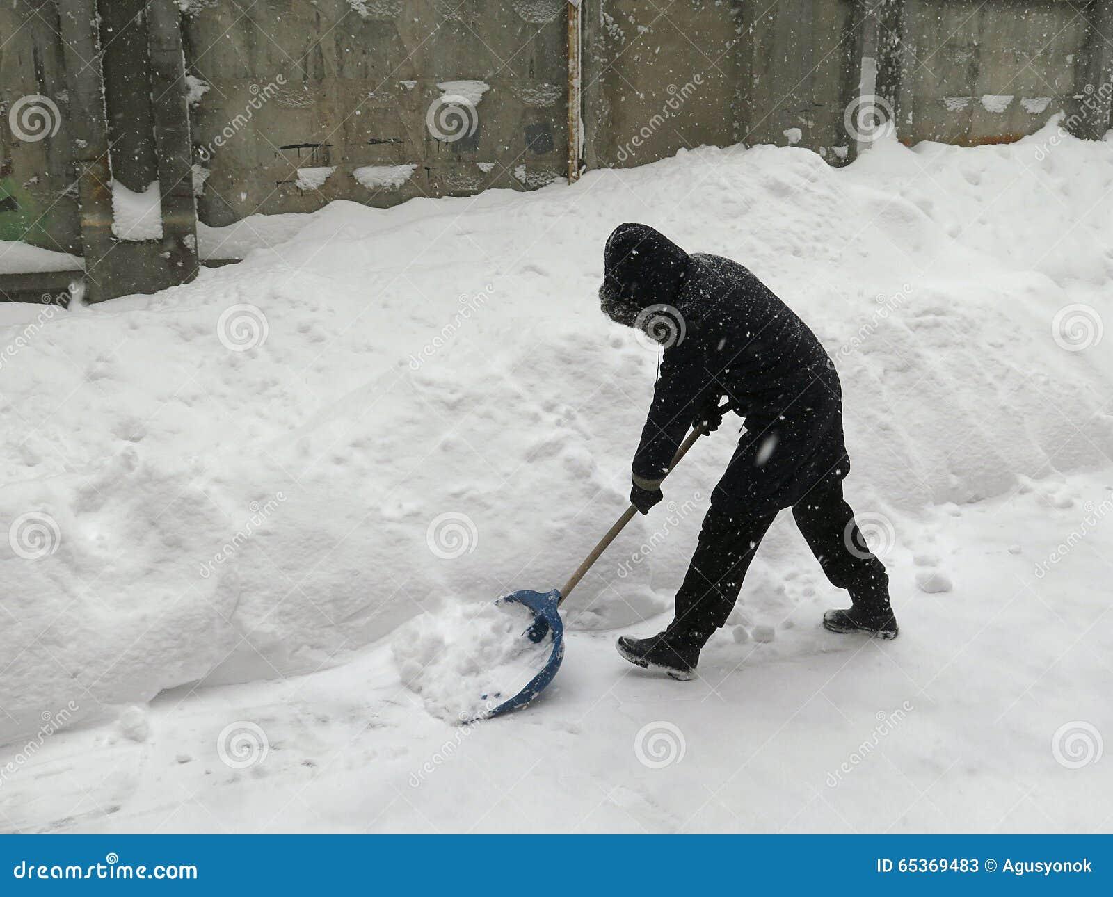 门卫 自然灾害冬天,飞雪,大雪麻痹了城市,崩溃 积雪旋风欧洲