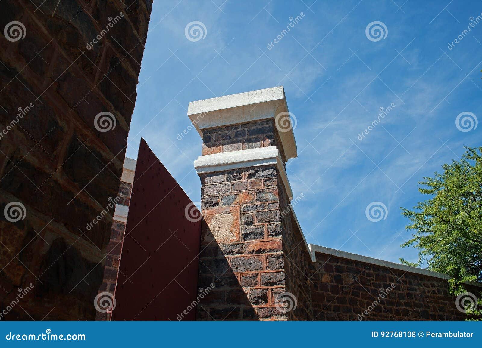 门和柱子从堡垒里边