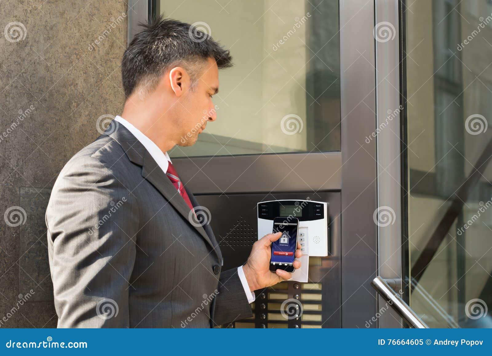 门商人解除武装的保安系统与智能手机的