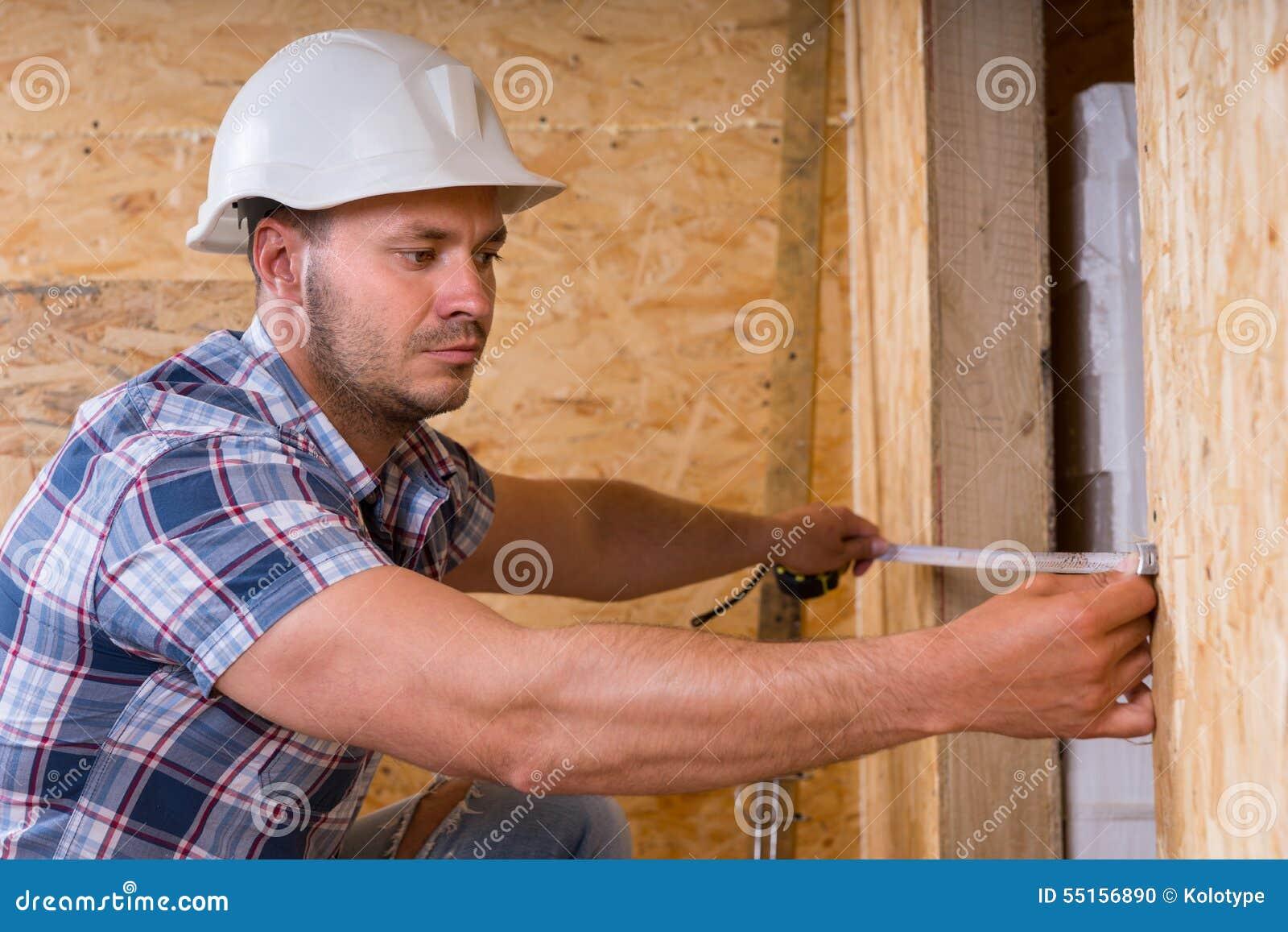 门框的建筑工人测量的宽度