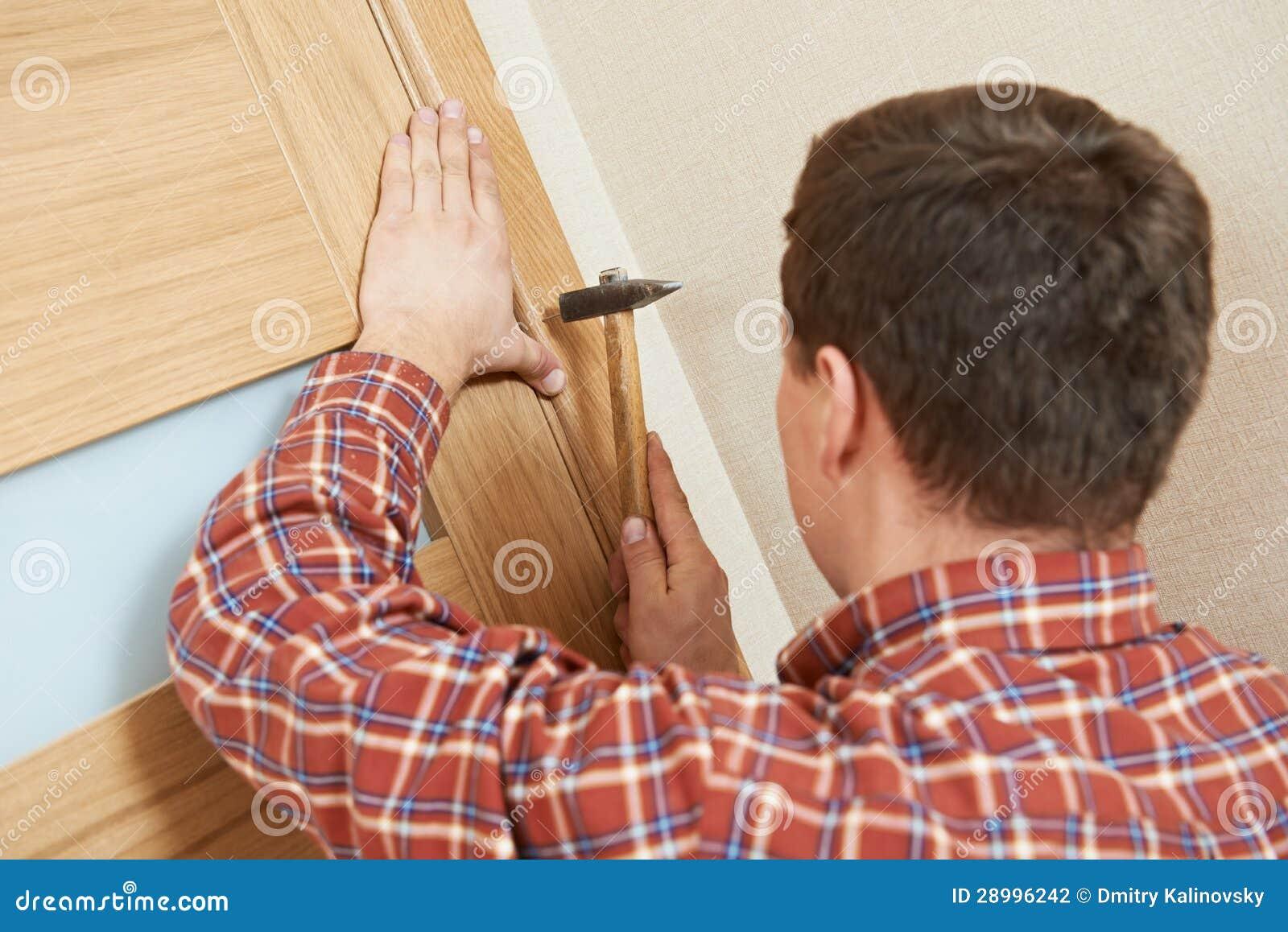 门锁安装的木匠