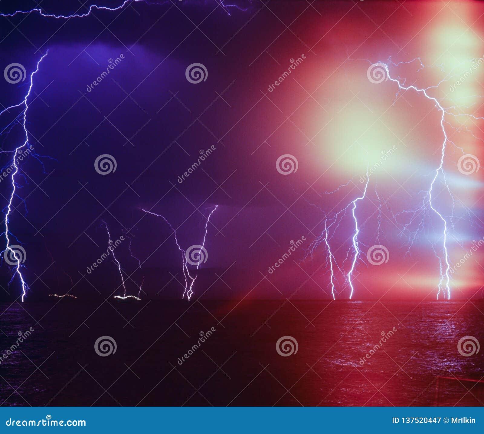 闪电风暴在海