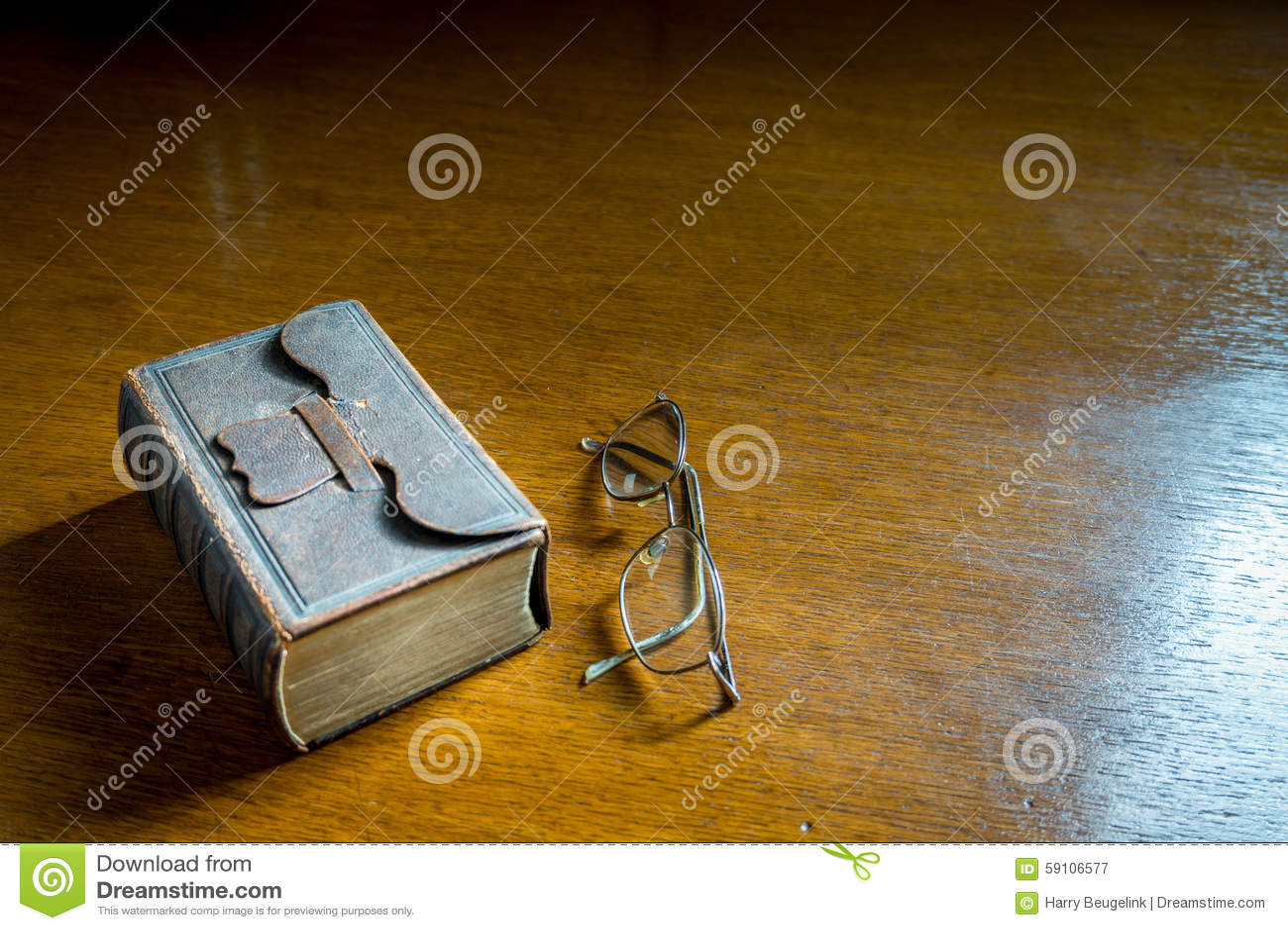 闭合的古色古香的圣经歌集
