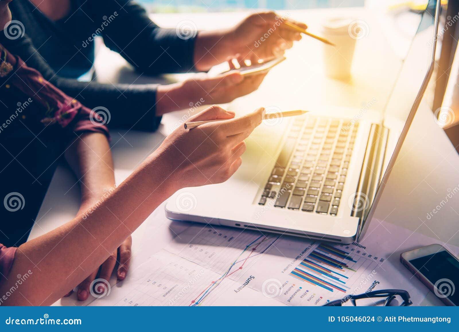 队商人` s工作 与财政的文件一起使用在露天场所办公室 过程中会议的报告 太阳强光作用
