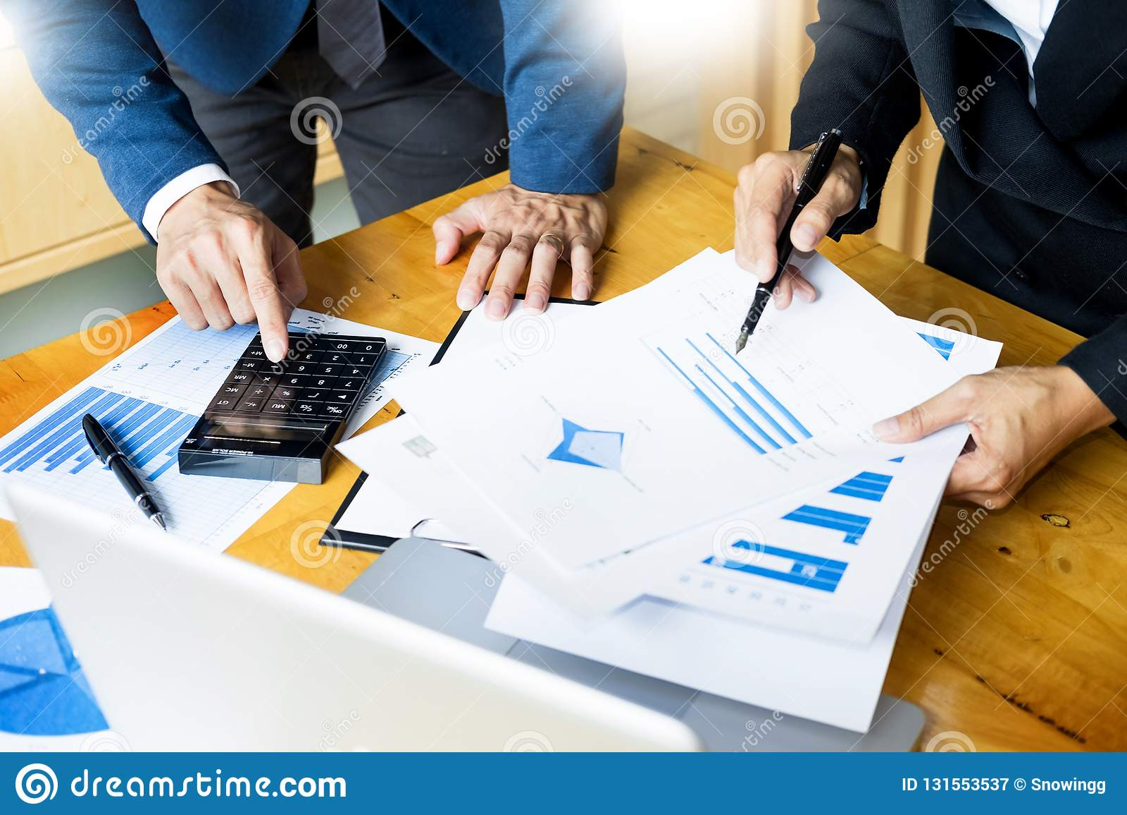 队工作过程 年轻业务经理乘员组与起始的项目一起使用 膝上型计算机在办公室分析利润图表计划