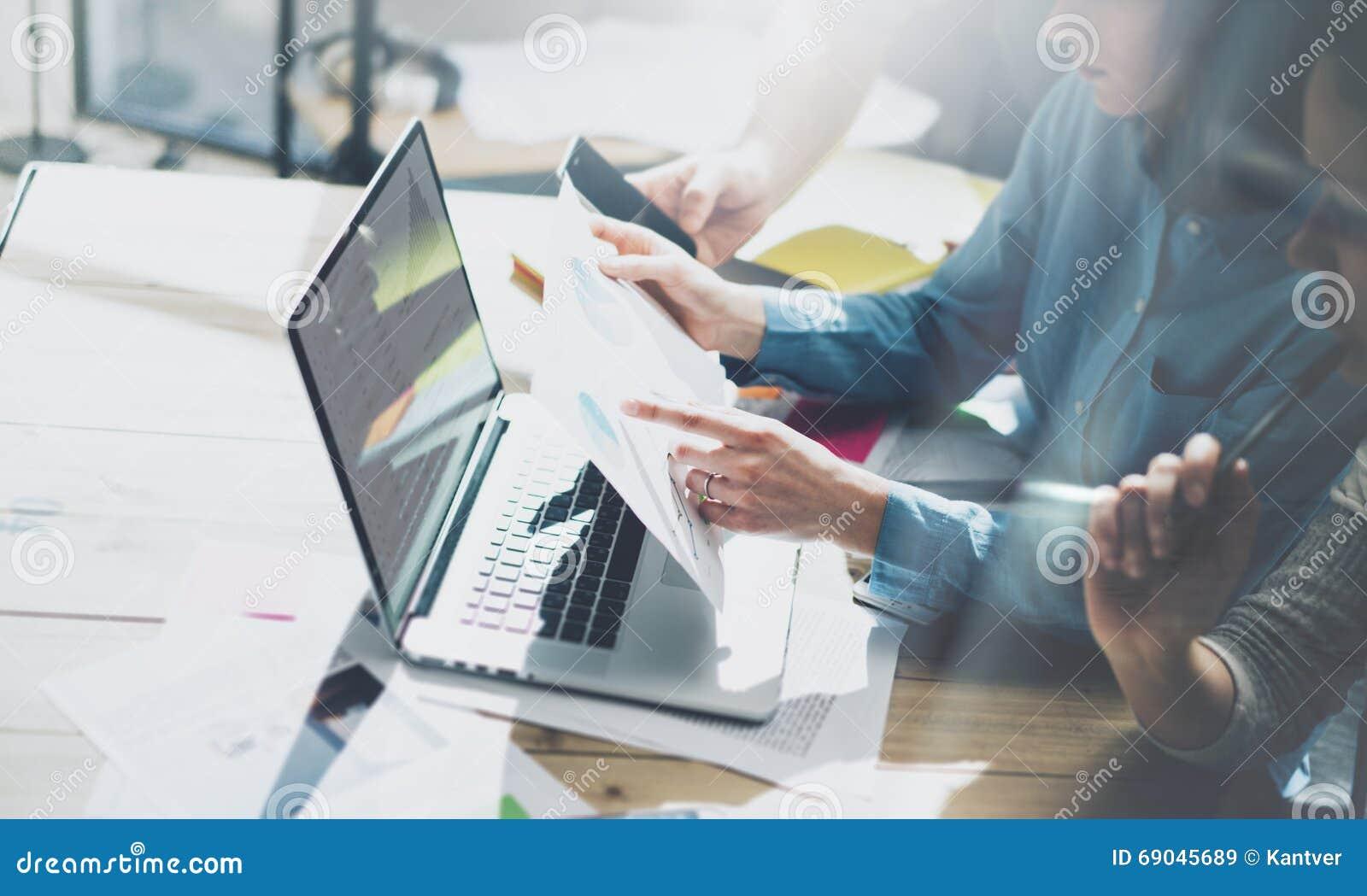 队帐户经理项目工程 业务经理与新的起动一起使用在现代顶楼 分析报告,计划 笔记本求爱