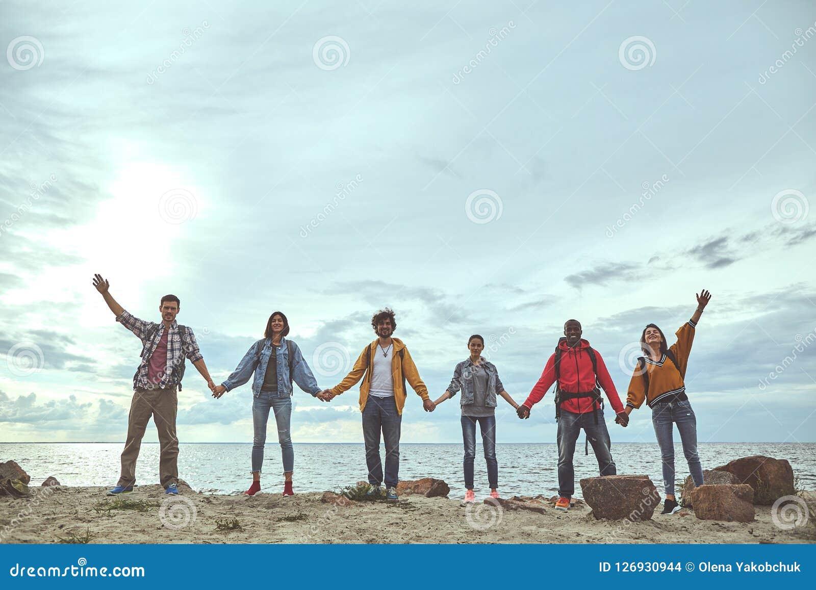 队是愉快的汇聚在海边