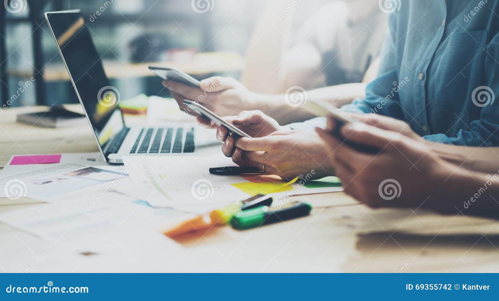 队coworking的过程 照片年轻企业乘员组与新的起始的项目一起使用 在木桌上的笔记本 使用现代