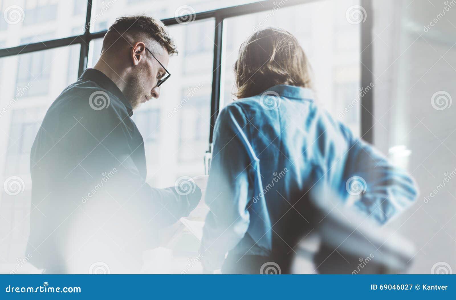 队coworking的过程 照片年轻企业乘员组与新的起始的项目一起使用 见面在窗口附近的项目负责人 蠢材