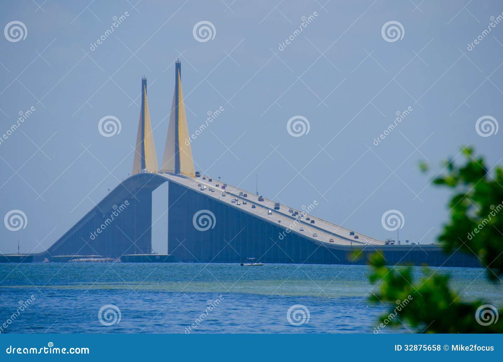 阳光在坦帕湾佛罗里达的Skyway桥梁