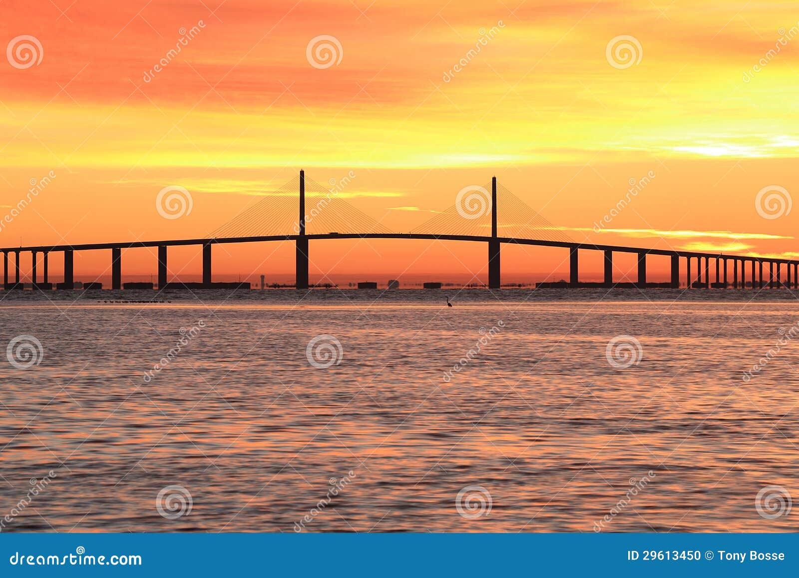 阳光在日出的Skyway桥梁