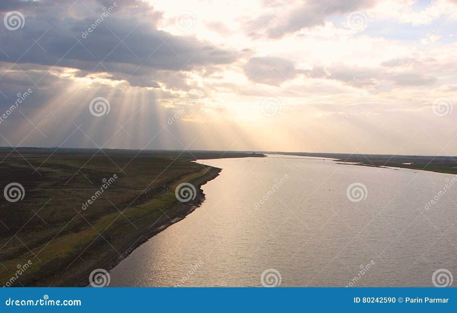 阳光通过延长河的云彩
