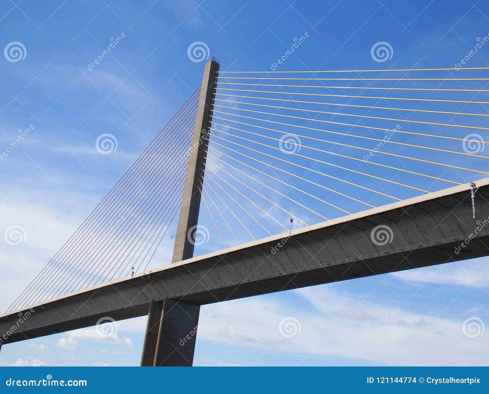 阳光Skyway桥梁,坦帕湾,佛罗里达,在蓝天的缆绳