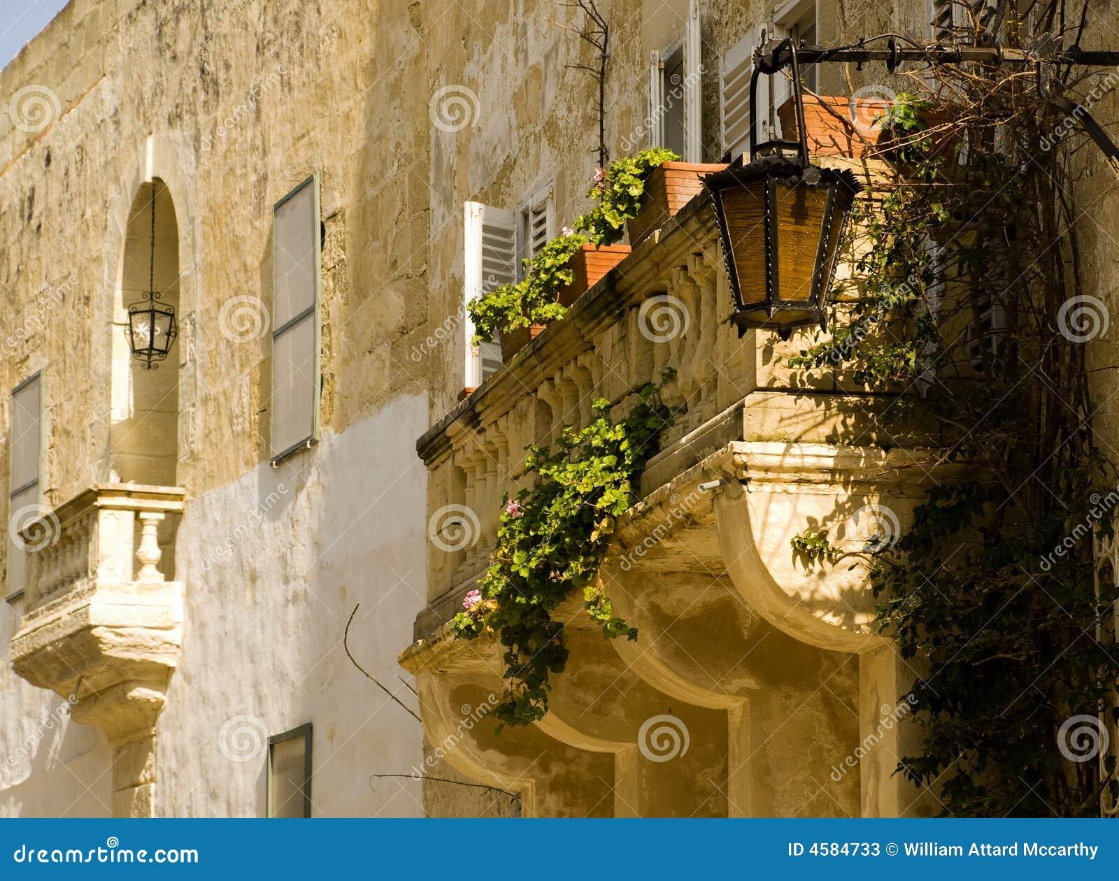 传统阳台巴洛克式的海岛石灰石马耳他mdina中世纪的样式.图片