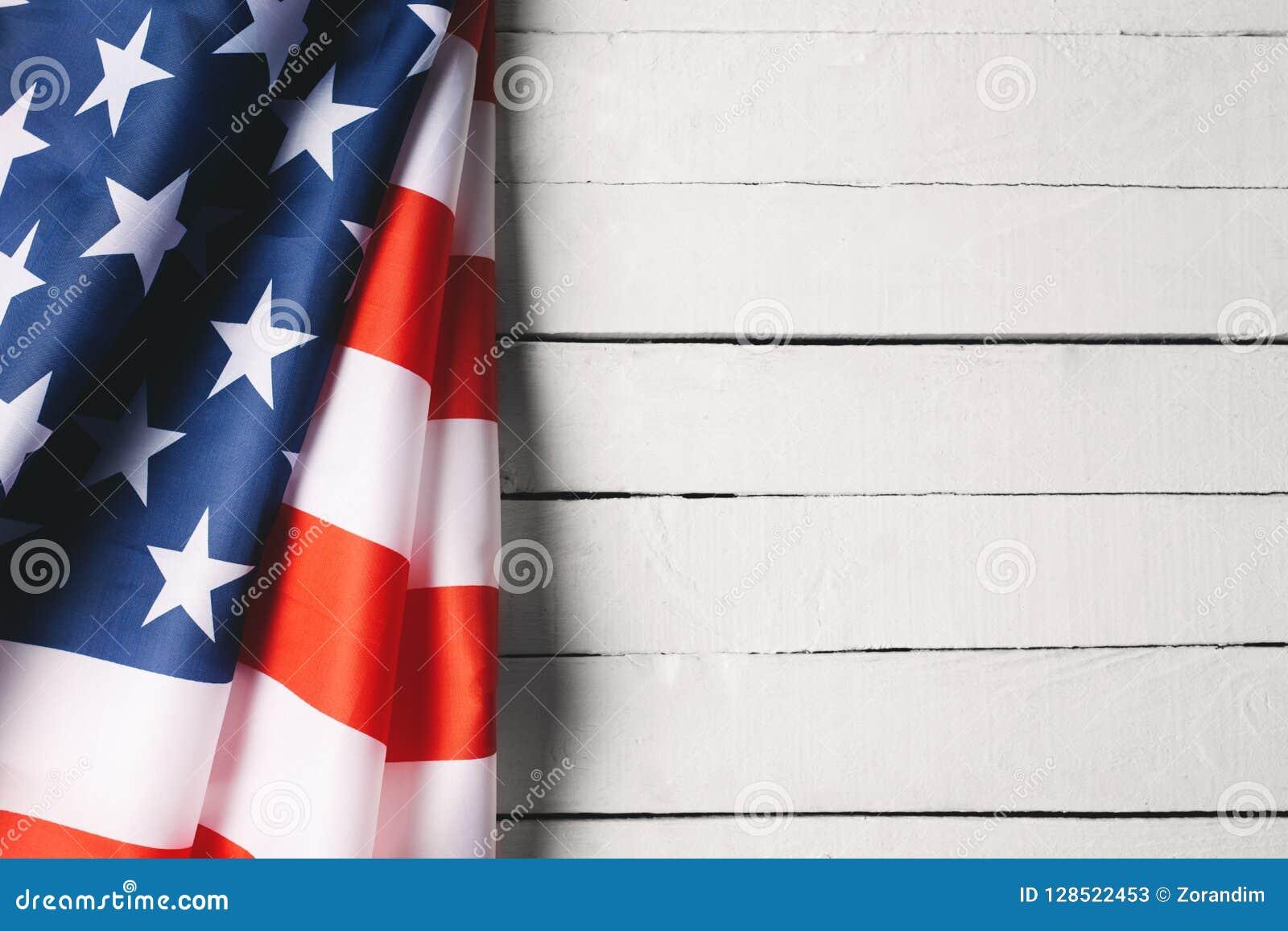 阵亡将士纪念日或退伍军人` s天背景的红色,白色和蓝色美国国旗