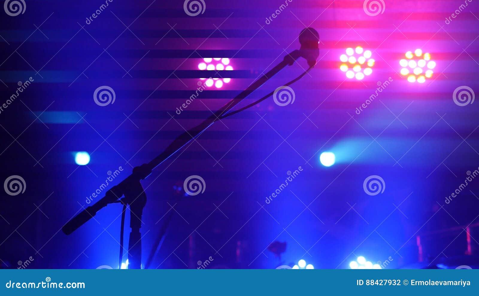 阶段照明设备、设备、射线和话筒在夜总会站立